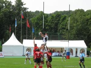 Румынский Farul (в белом) выиграл мяч у латвийского Miesnieki