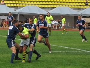 Игроки молдавского Bloumarine пытаются отобрать мяч у игрока NAS-Sofia (Болгария)