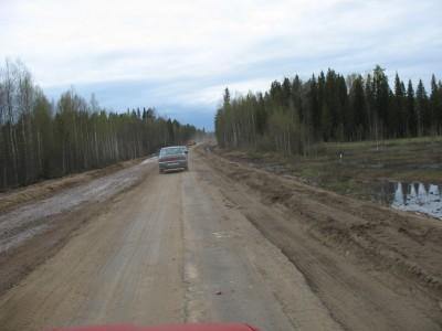 Федеральная трасса М-8 Холмогоры - типа её ремонтируют, вот только ремонтируют десятками километров, и судя по накатанным колеям уже давно.