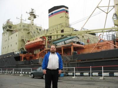 А это я, такой же большой, красивый и мощный, на фоне ледокола Диксон.