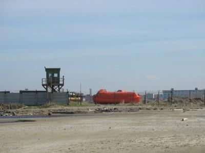 Спасательные боты радостного оранжевого цвета, и вышка охраны до кучи.