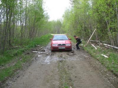 Чёрт нас дёрнул сюда заехать. Изначально дорога была вся такая как в двух метрах перед машиной.