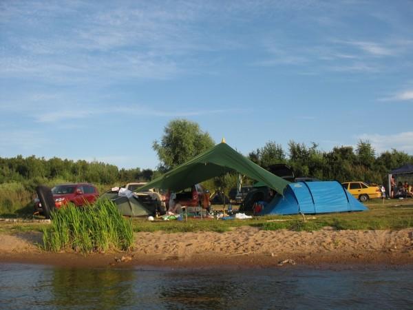 Вид с воды на палаточный лагерь. Мы круче всех.