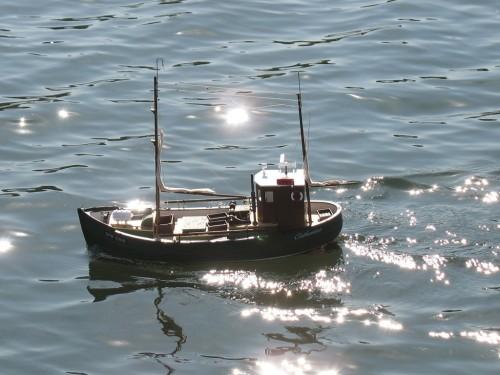 Еще один рыболовецкий кораблик, зелененький он был.