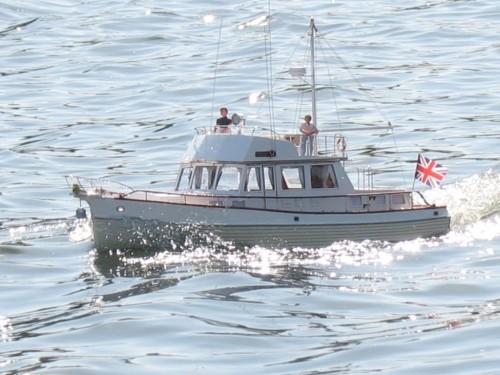 Модель прогулочной яхты, опять с человечками. Здорово смотрится.