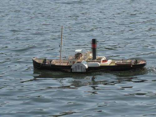 Модель колёсного парохода, действительно двигается за счёт вращения колёс. Медленный, но красивый.