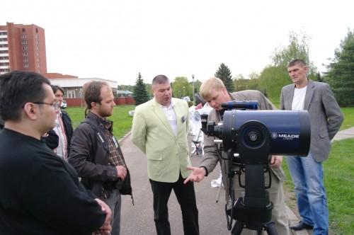 АстроФест 2011 Представитель Converse объясняет владельцу Meade LX200 , чем именно тот владеет.
