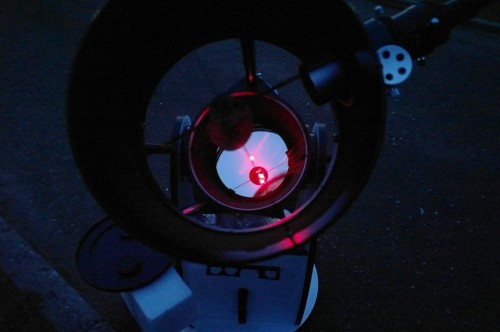 АстроФест 2011 Мой Sky-Watcher dob 10 проверяют лазерым коллиматором. Прицел сбит немного, но не страшно. А еще мне зеркало мыть надо.