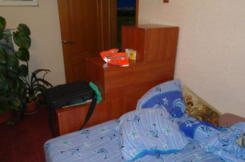 Стеллаж, готовый стоит на месте, вид из комнаты